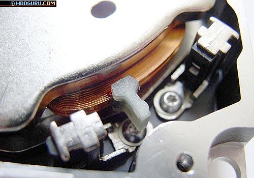 «Старичок» ST3660A и его ахиллесова пята — пластиковый ограничитель (часто стуки этого и близких дисков связаны с тем, что ограничитель отклеивался).
