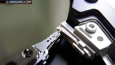 накопитель Hitachi серии AVV2 емкостью 80 Гбайт, вывод головок из парковочной зоны