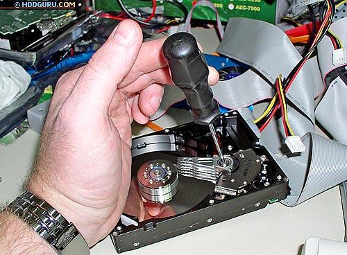 После замены головок автору пришлось вручную регулировать угол наклона оси БМГ накопителя WD200BB для того, чтобы извлечь данные. Работа продолжалась 1 час и 10 минут