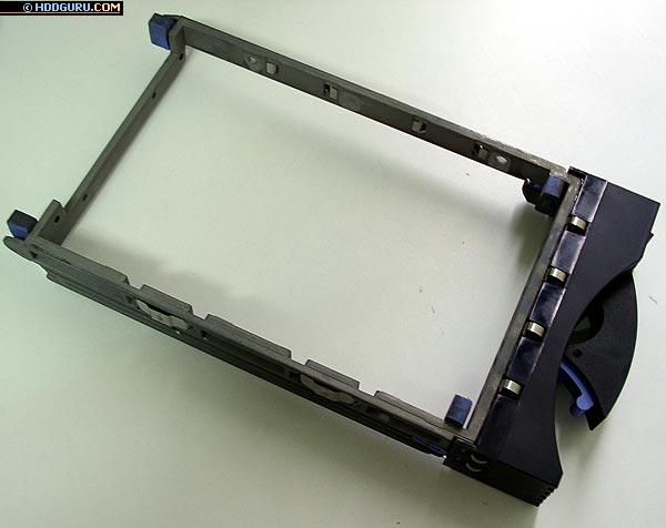 Крепление для дисков SCSI, применяемое в серверах с поддержкой функции «горячая замена»