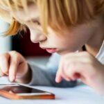Минцифры хочет предустанавливать на смартфоны приложения родительского контроля